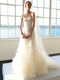 Elfengleich: Ein weiteres perfektes Brautkleid für die Waage-Frau mit Tüll und Applikationen von Marchesa Bridal.
