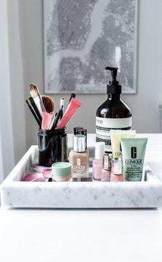 Ideas for bathroom vanity tray decor makeup storage Bathroom Vanity Tray, Vanity Decor, 1930s Bathroom, White Bathroom, Bathroom Wall, Small Bathroom, Rangement Makeup, Palette Organizer, Make Up Storage