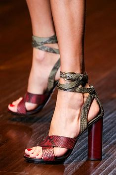 Gucci Spring 2015 Ready-to-Wear . All hail Gucci! Hot Shoes, Crazy Shoes, Me Too Shoes, Stilettos, High Heels, Women's Pumps, Marken Outlet, Shoe Boots, Shoes Sandals