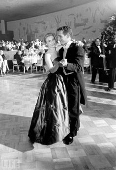 joanne woodward and paul newman dancing on oscar night