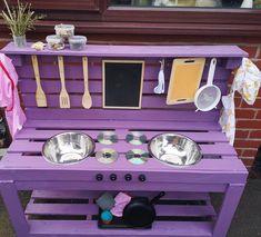 Outdoor Play Kitchen, Diy Mud Kitchen, Mud Kitchen For Kids, Backyard Playground, Backyard For Kids, Diy For Kids, Pallet Kids, Diy Pallet Projects, Pallet Barn