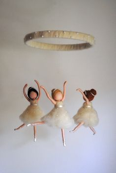 Dancing Ballerinas Waldorf inspired needle felted Room Decor: 3 Ballerinas in white – Decorative hanger Wool Dolls, Felt Dolls, Needle Felting Supplies, Geometric Origami, Felt Angel, Felt Mobile, Felt Fairy, Gifts For My Sister, Fairy Dolls