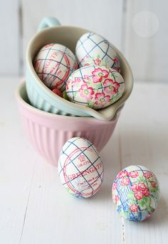 Hard boiled eggs covered in paper napkins :: Huevos de Pascua