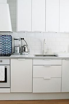 Chez Larsson: with a white kitchen you can change with the seasons with accessories