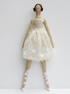 This pretty doll is a precious gift, in my opinion, she is dressed in a beautiful white tutu dress and pointe shoes and wants to be among the