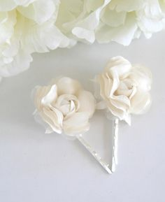 Bridal ivory flowers hair pins oh so white and pretty.