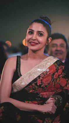 Anushka Sharma Saree, Anushka Sharma Virat Kohli, Virat And Anushka, Bollywood Dress, Bollywood Girls, Indian Bollywood, Bollywood Fashion, Indian Celebrities, Bollywood Celebrities