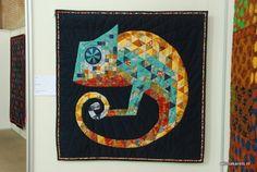 """Quilttentoonstelling 2012. """"Kameleon"""" door Yvonne van Duivenboden. Het oog van de kameleon was een bal, en stak wel 8 cm uit boven de stof."""