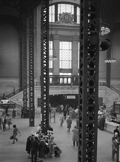 Union Station, Chicago — photo by Esther Bubley Union Station Chicago, Chicago City, Chicago Illinois, Old Photos, Vintage Photos, Trains, Chattanooga Choo Choo, Chicago Photos, Viajes