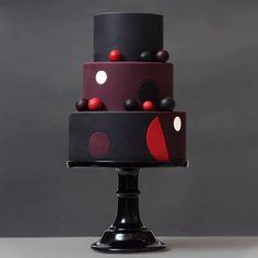 No photo description available. Gorgeous Cakes, Pretty Cakes, Amazing Cakes, Bolo Fashionista, Fondant Cakes, Cupcake Cakes, Cake Design Inspiration, Cake Decorating For Beginners, Wafer Paper Cake