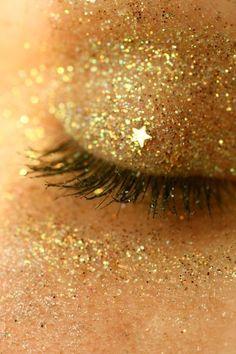 Gold glitter eye make-up. Glitter Make Up, Yellow Glitter, Sparkles Glitter, Glitter Bomb, Glitter Lips, Glitter Dress, Gold Sparkle, Sparkle Makeup, Glitter Art