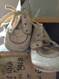 Altijd goed. Zelf heb ik een paar schattige witte schoentjes (maat 21) op de kamer van mijn dochtertje staan, die ze heeft gedragen tijdens een bruiloft.