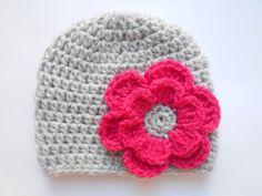 bonnet bebe fille en laine grise fleur fuchsia fait main au crochet : Mode Bébé par chtiewie