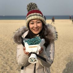 桑子です! カンヌンの街を取材していたときに見つけたこちら… 何だかわかりますか? 実はこれ、お花の自販機! 最近韓国でとても増えているもので、こうして気軽に花束を買って、大切な人に贈る習慣が広く根付いているんだそうです。 いろんな種類のお花が売られていましたが、中でも一番人気は「かすみ草」! 韓国語では「안개꽃」と書いて「アンゲッコ」と読むとのこと、インスタで検索してみるときれいな花の写真がたくさん出てきますよ〜! ということで、きょうは2月14日、バレンタインデーですね。 いつもニュースウオッチ9を応援してくださる皆様に、感謝の気持ちを込めて! #バレンタイン #ピョンチャンオリンピック #nhk #平昌オリンピック