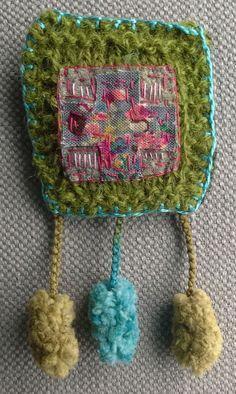 Broche/Porte bonheur textile. Vert olive. par VeronikB sur Etsy