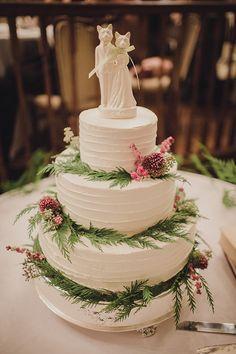white wedding cake with fox topper @weddingchicks