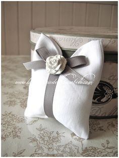 SACCHETTO PORTACONFETTI BIANCO - Clicca l'immagine per chiudere Wedding Set Up, Diy Wedding, Wedding Gifts, Lavender Bags, Lavender Sachets, Arte Shabby Chic, Bomboniere Ideas, Wrapping Gift, Scented Sachets