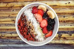 Te dejamos estas tres recetas de bowls de frutas y verduras que puedes hacer en tu casa para tener un desayuno, comida y cena saludables.