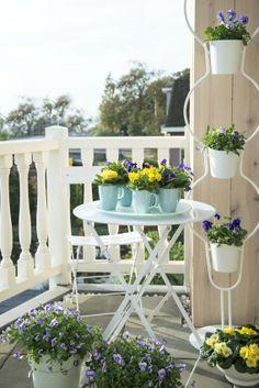 Die gekauften und die selbst gemachten Blumengefäße ergeben ein stimmiges Gesamtbild. #homestory #homestoryde #home #interior #design #inspiring #creative #advice #tipps #flower