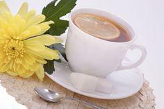 INFUSIÓN DE CRISANTEMO… El crisantemo es una de las flores más famosas de China, donde se puede encontrar en cualquier sitio. Es muy rica en variedades y tiene una fragancia suave y delicada, además de asombrosas propiedades. El crisantemo blanco es el que se añade al té, mientras que las hojas de la flor se añaden también a veces a la mezcla.