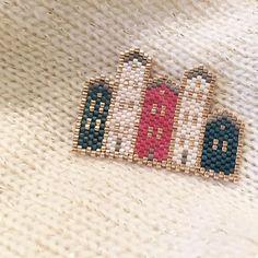 Nouvelle version des petites maisons trop jolies qui n'attendent plus qu'à être montées sur chaîne pour se promener à mon cou! #jenfiledesperlesetjassume #brickstitch #inspirationrosemoustache