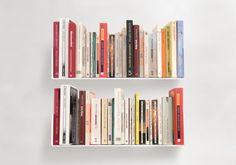 """Les deux étagères design """"US"""" sont un système de rangement pour livre simple et efficace. Les deux étagères murales offrent 0,90 mètres de surface linéaire (environ 56 DVD) de rangement."""