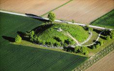 Large Celtic Grave Mound near Hochdorf, Germany . - 1 Sépulture de HOCHDORF: tombe princière d'un guerrier celte de la fin de la I° période de l'âge de fer découverte en 1677 dans un quartier d'Eberdingen, au N O de Stuttgart dans le Bade-Wurtemberg en Allemagne. Elle a fourni un très riche mobilier funéraire. La tombe était dans un tumulus de la fin du VI°s av JC (vers -530; -500) et appartient à la culture de Hallstatt.