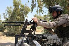 イスラム過激派組織「イスラム国(Islamic State、IS)」との戦闘に志願し、イラクの首都バグダッド(Baghdad)北方のディヤラ(Diyala)州Al-Othaymで配置につく政府軍の義勇兵(2014年8月3日撮影)。(c)AFP/AMER AL-SAADI ▼4Aug2014AFP|「イスラム国」、イラク・クルド地域の2都市を掌握 http://www.afpbb.com/articles/-/3022197