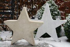 Beschreibung Zuerst bastelt man sich eine Schablone für einen Stern, in der Größe, in der man den fertigen Stern gerne haben möchte. Dann überträgt man die Form auf die Styroporplatte und der Stern wird mit einem längeren Küchenmesser aus der Styroporplatte heraus geschnitten. Meine Styroporplatte ...