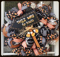 Halloween Candy Corn Treats Wreath - Cute Halloween Wreath by StephsDoorDecor #stephsdoordecor #halloweenwreath #falldecor