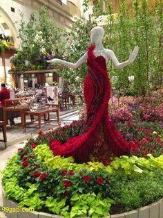 Bellart Atelier: Lindos vestidos com flores naturais./Bellart Atelier: Beautiful dresses with natural flowers. Topiary Garden, Garden Art, Garden Design, Flower Show, Flower Art, Amazing Gardens, Beautiful Gardens, Garden Dress, Beautiful Flowers Garden
