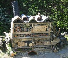 Bug hotel by Lisa and Andrew Roberts (Living Willow Wales) at Ysgol Pontrhydfendigaid. andrewroberts.net