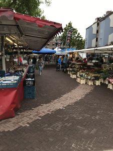 De zaterdagmarkt staat klaar voor de start op het vernieuwde marktplein!