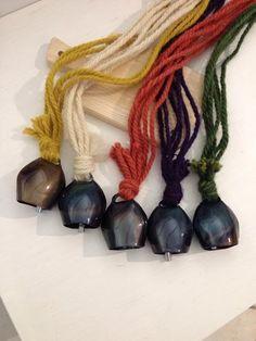 Artejana via Savoia 5, Cagliari tel 0703110205.Arcobaleno di campanacci, lavorazione in ferro e applicazione in lana sarda, tintura naturale