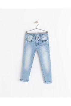 Jeans claros.