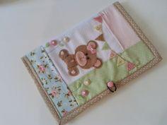 Capa para caderneta de vacina em tecido e apliques em feltro. R$ 37,00