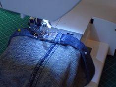 Truco para evitar abultamientos al hacer el dobladillo de los pantalones vaqueros ¿Cuántas agujas has roto al coser los dobladillos de los pantalones vaqueros?A mi me pasaba siempre. Cuando llegaba a la zona de la doble costura....d