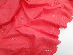 Laise Bico Sabine (Vermelho). Tecido de algodão com bordados vazados e em alto relevo, possui toque agradável, é leve e com cores vivas. Perfeito para looks românticos e delicados.  Sugestão para confeccionar: Vestidos, shorts, saias, entre outros.