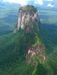 Venezuela, El cerro Autana es un tepuy que se encuentra situado en el estado de Amazonas en Venezuela, cerca de la frontera colombiana.