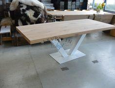 Prachtige eiken eettafel of vergadertafel. De grote eiken tafel met stalen poot maken wij in ons meubelatelier in elke afmeting Dinning Table, Dining Room, My Furniture, Art Nouveau, Desk, Panelling, Inspiration, Kitchens, Tables