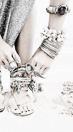 ☮B o h o S t y l e☮ Free spirit, Wild heart, Bohemian soul Bohemian Soul, Boho Gypsy, Hippie Boho, Bohemian Bracelets, Boho Jewelry, Jewelry Art, Funky Fashion, Boho Fashion, Hippie Vintage