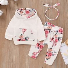 Shop Toddler Girl Floral Print Hoodie With Pants & Headband online. SHEIN offers Toddler Girl Floral Print Hoodie With Pants & Headband & more to fit your fashionable needs. Cute Newborn Baby Girl, Baby Set, Baby Outfits Newborn, Baby Baby, Baby Girl Headbands, Vêtements Goth Pastel, Vêtement Harris Tweed, Baby Hair Bands, Matching Family Outfits