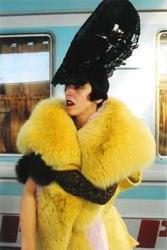 Modeconnect.com - Dressed in Philip Treacy's fabulous millinery creations, the late Isabella Blow was the epitome of glamour during the grunge-heavy 90's.