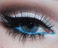 Look at that blue eyeliner! Fantastic!