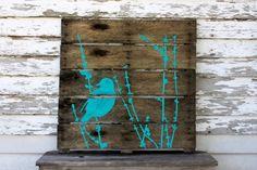 wanddekoration aus holzpaletten upcycled kunst vogel blau