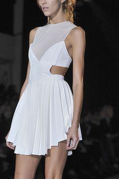 Tendance : Blanc futuriste - Trend : Futuristic White - Robe semi transparente runway