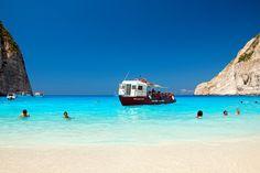 Navagio Beach egy olyan elszigetelt homokos öböl Zakynthos szigetén, melynek megközelítése csak hajóval lehetséges. A mára már Görögország védjegyévé...