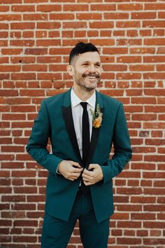 This Colorful Mid-Century Museum of Neon Art Wedding is Our New Obsession (Junebug Weddings) Turquoise Suit, Teal Suit, Green Suit, Groom And Groomsmen, Groom Attire, Groom Suits, Mens Suits, Tuxedo Wedding, Wedding Groom
