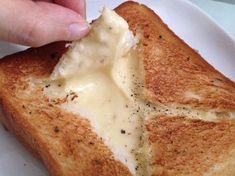 サクっサクっのトーストの中から、とろとろチーズが本当に激ウマっな「チーズフォンデュトースト」を知っていますか?… Cooking Bread, Cooking Recipes, Fromage Cheese, Breakfast Recipes, Dessert Recipes, Unique Recipes, Light Recipes, Cheese Recipes, No Cook Meals