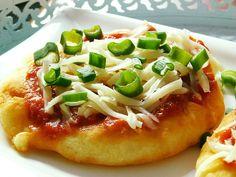 Tvaroh, vejce, mouku a prášek se solí smícháme v kompaktní těsto. Necháme 5-10 minut odpočinout.Těsto rozdělíme na přibližně stejné kousky a v... Hawaiian Pizza, Vegetable Pizza, Menu, Vegetables, Recipes, Dinner Ideas, Boleros, Brot, Menu Board Design